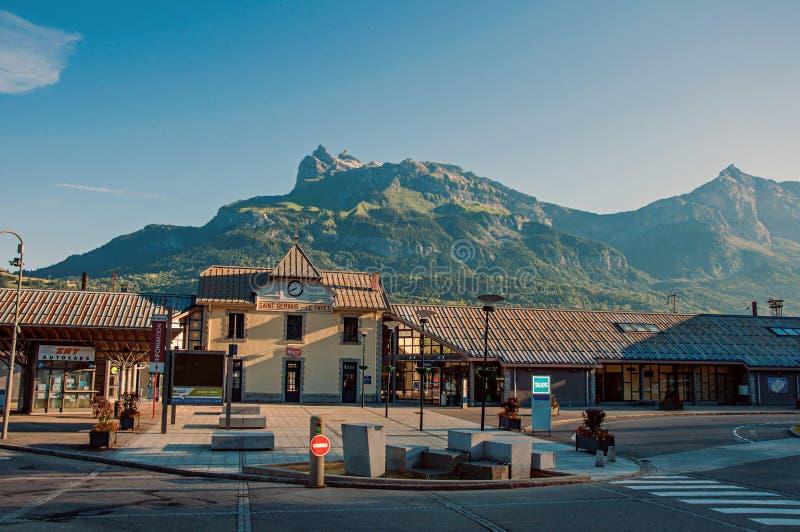 Dworzec z wysokogórskim krajobrazem w okręgu Le Fayet, obraz royalty free