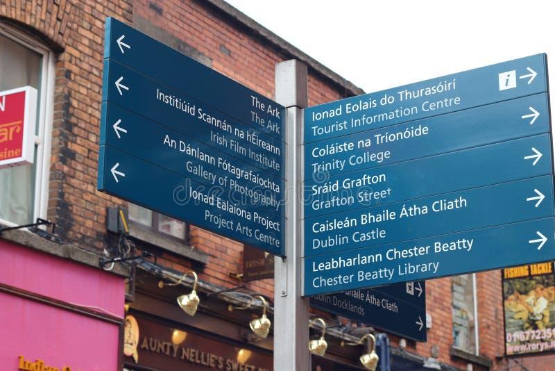 Dwujęzyczny signboard w Irlandia który pomaga bezpośrednich turystów popularni miejsca przeznaczenia obrazy royalty free
