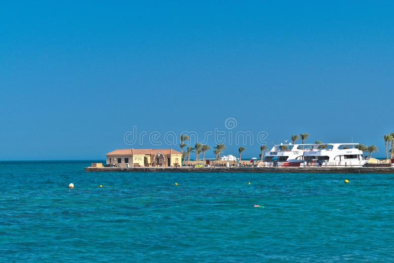 Dyka mitten och hytten på Röda havet royaltyfria foton