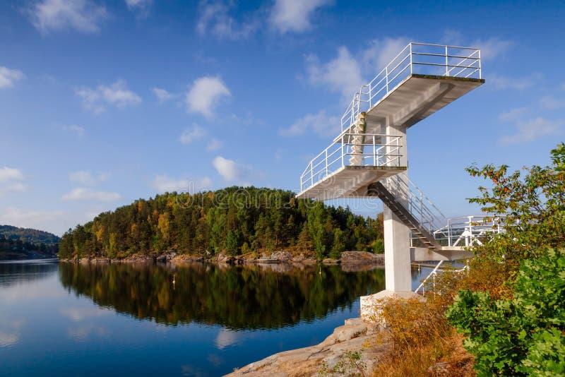 Dyka tornet i den Olavsberget badplatsen nära Porsgrunn Telemar royaltyfri bild