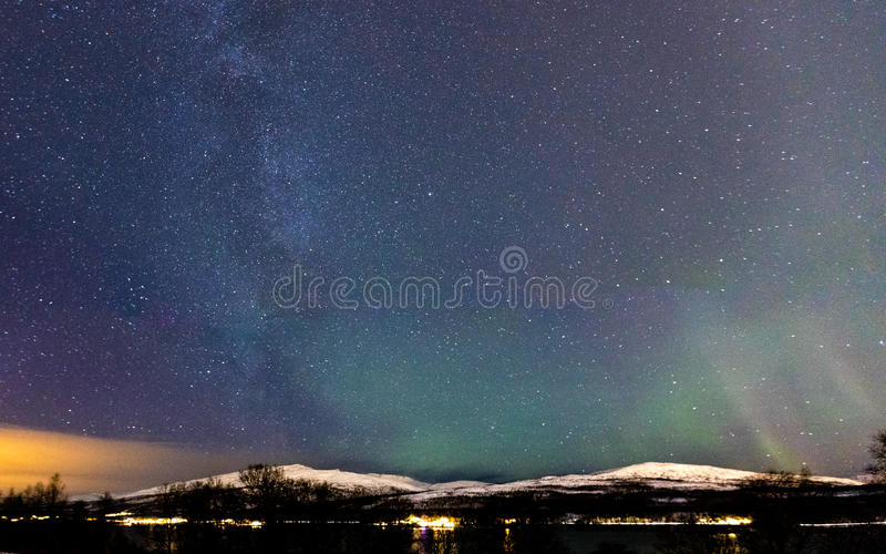 Dyka upp för Vintergatan och för nordligt ljus royaltyfri fotografi