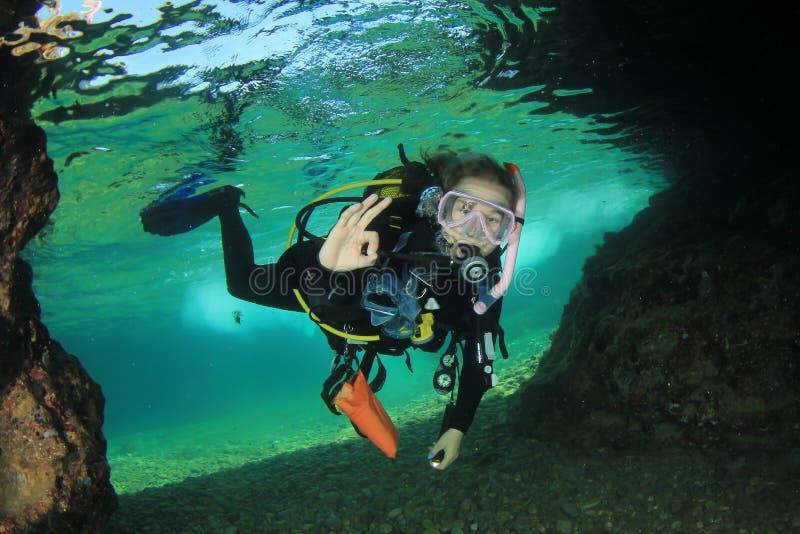 Dykapparatdykning för ung kvinna arkivbilder