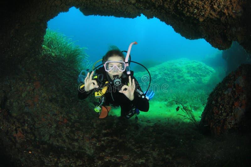Dykapparatdykning för ung kvinna arkivfoto