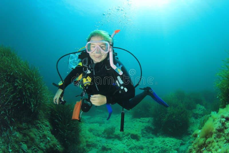 Dykapparatdykning för ung kvinna royaltyfri fotografi