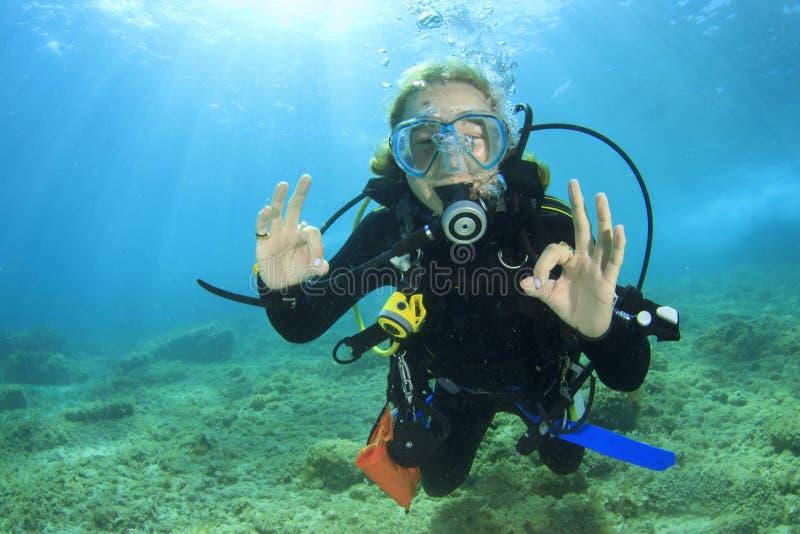 Dykapparatdykning för ung kvinna royaltyfria foton