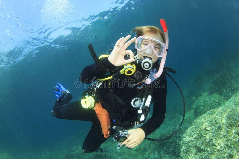 Dykapparatdykning för ung kvinna arkivbild