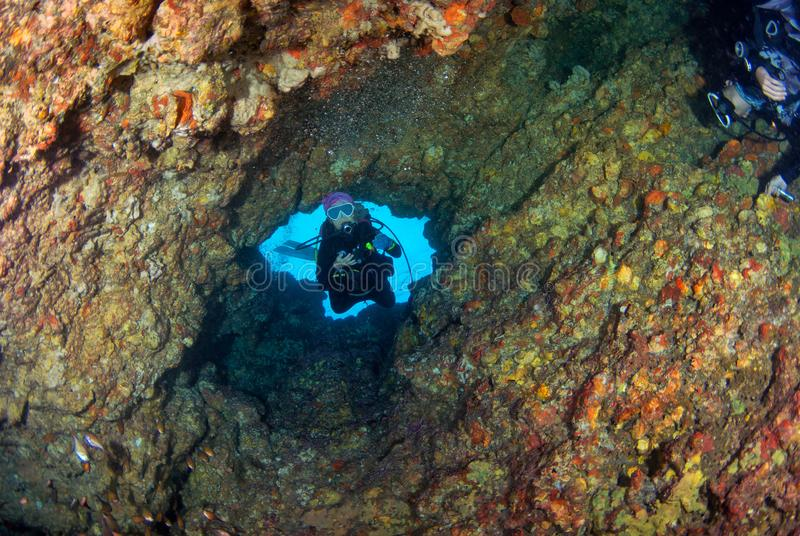 Dykapparatdykning för ung kvinna i grotta på södra Andaman, Thailand arkivfoton