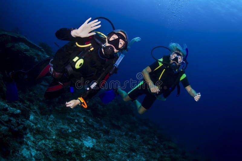 Dykapparatdykning i Thailand royaltyfri fotografi