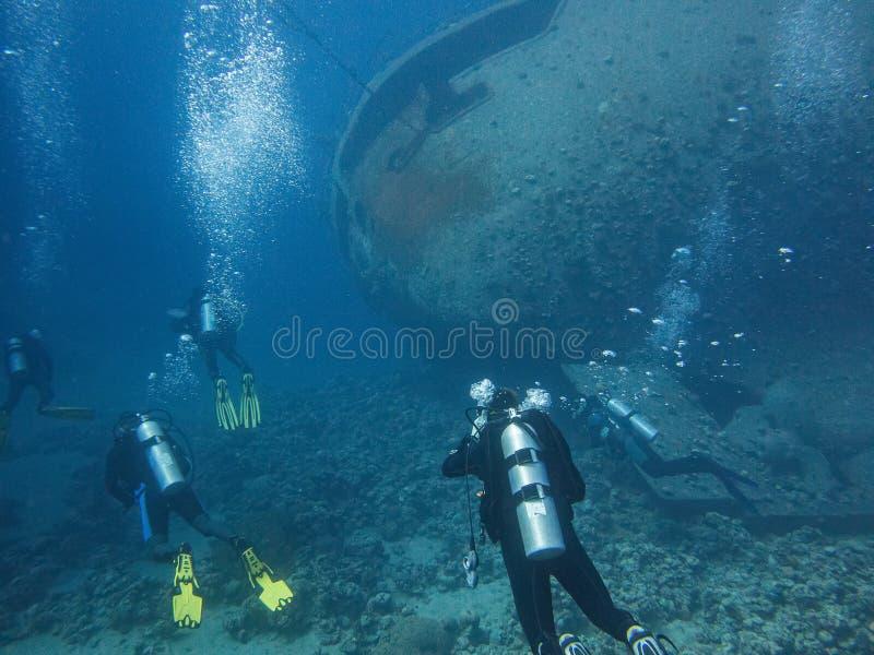 Dykapparatdykning med haveriet Cedar Pride i Aqaba, Jordanien, Röda havet fotografering för bildbyråer