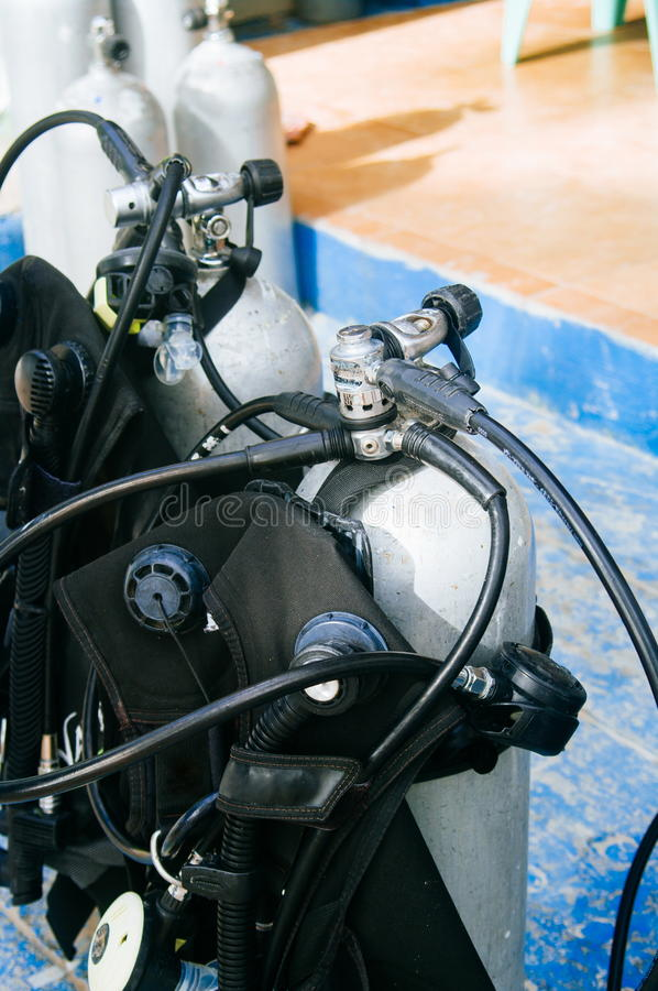 Dykapparatdykningutrustning, behållare och regulatorer arkivbilder
