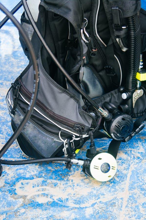 Dykapparatdykningutrustning, behållare och regulatorer royaltyfria foton