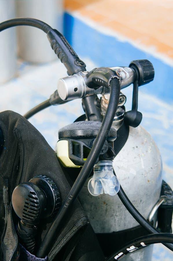 Dykapparatdykningutrustning, behållare och regulatorer royaltyfri foto