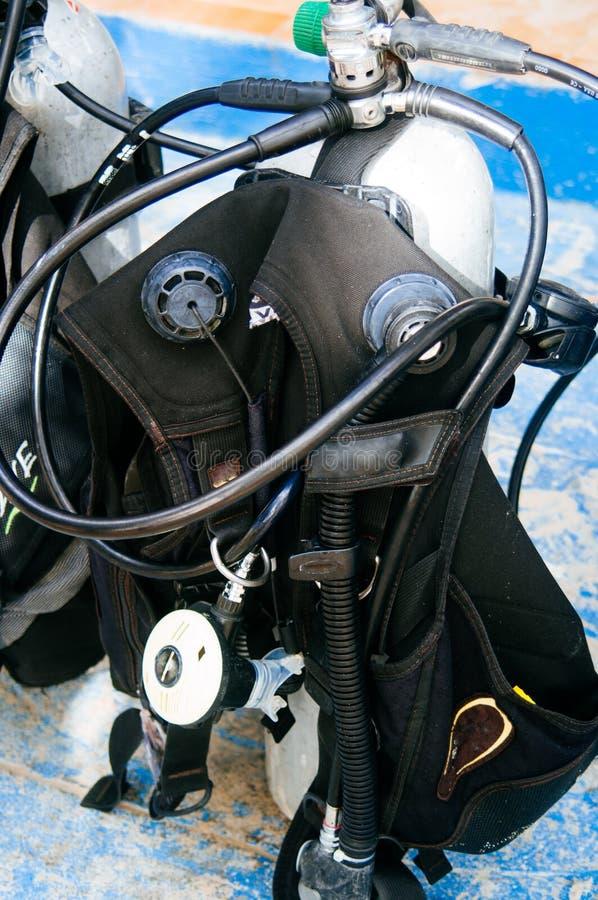 Dykapparatdykningutrustning, behållare och regulatorer royaltyfri fotografi