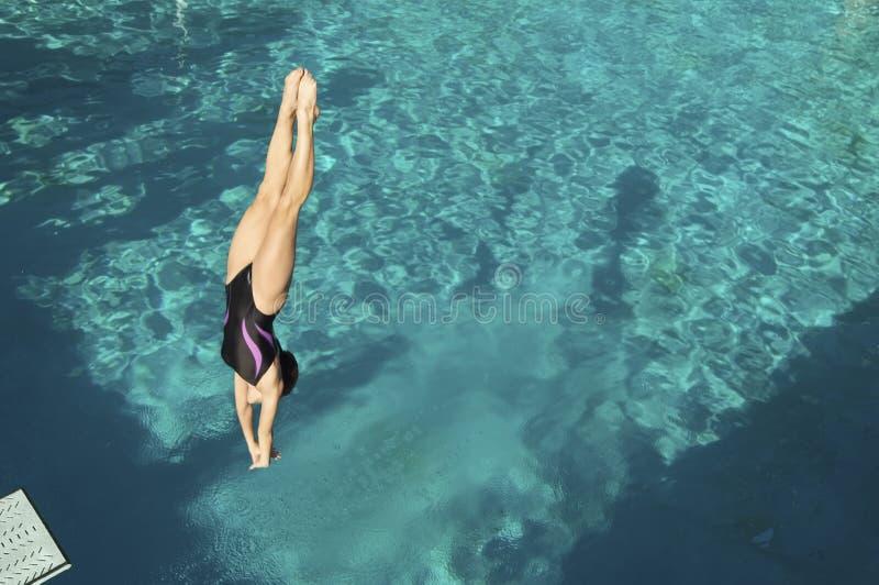 Dykare Diving Into Pool royaltyfri foto