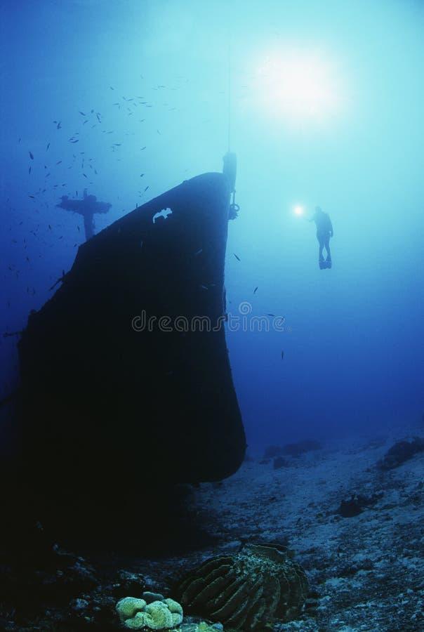 Dykare Exploring Sunken Ship arkivbilder