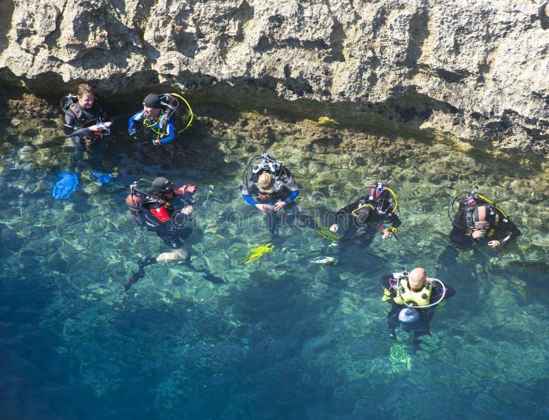 Dykare förbereder sig till grottadyken royaltyfri foto