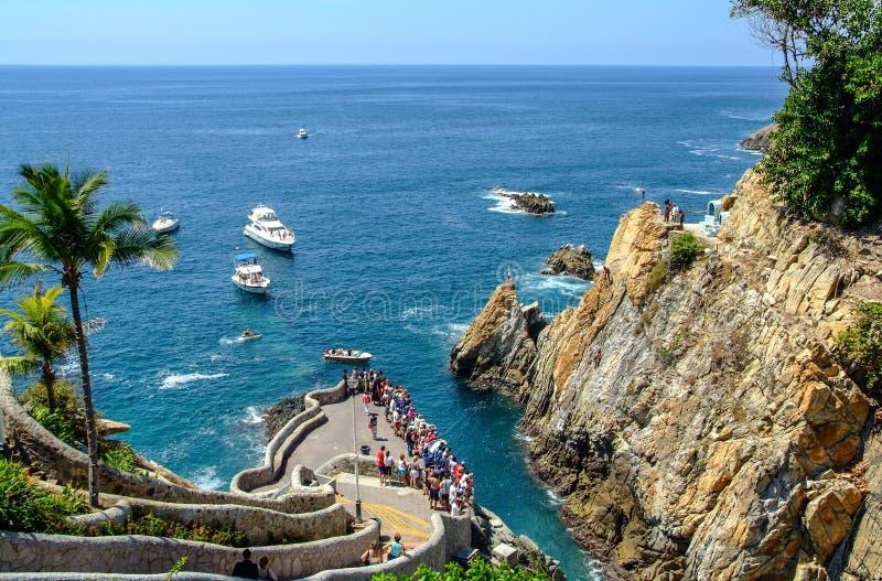 Dykare f?r LaQuebrada Acapulco klippa royaltyfri fotografi
