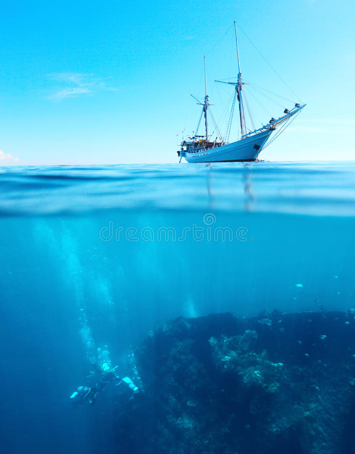 Dykare på ett skeppsbrott royaltyfri foto
