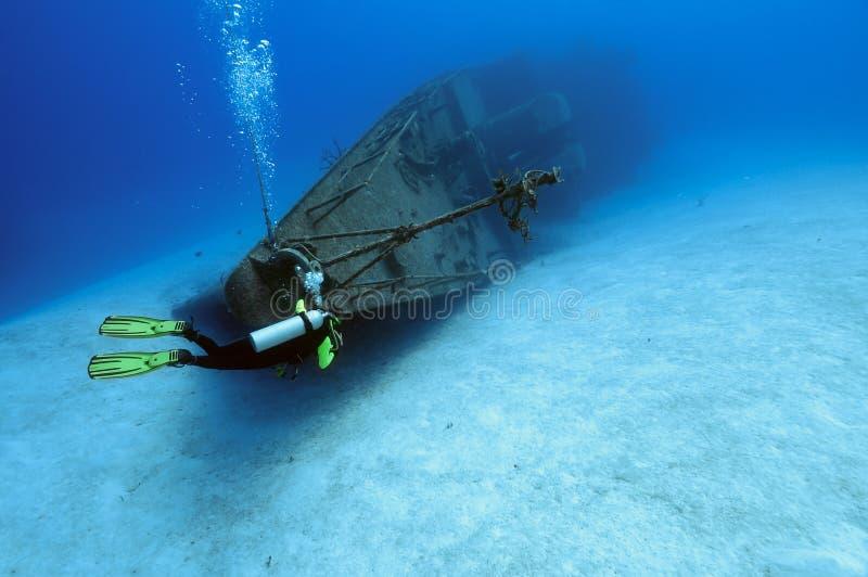 dykare som undersöker skeppsbrott royaltyfri bild