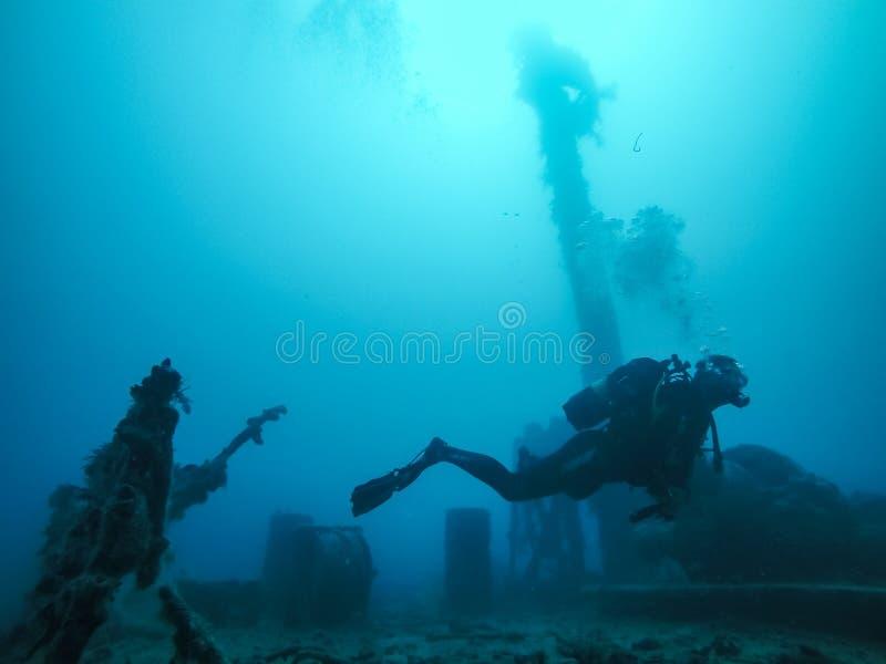 Dykare Wreck Diving med koraller som växer på haveriet i det röda set fotografering för bildbyråer