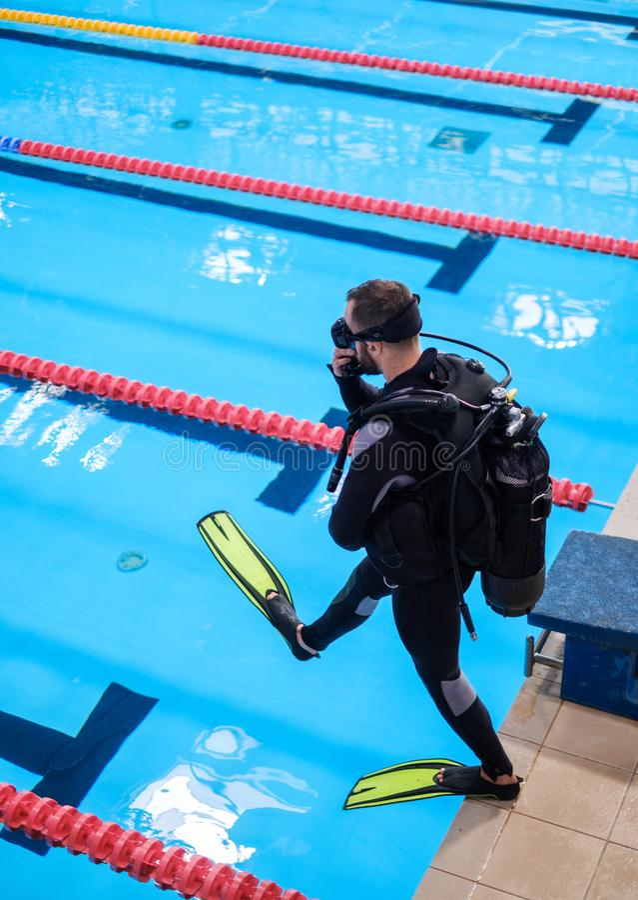 Dykaremanutbildning i en simbassäng arkivfoto