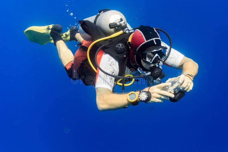 Dykaren med kameran arkivbild