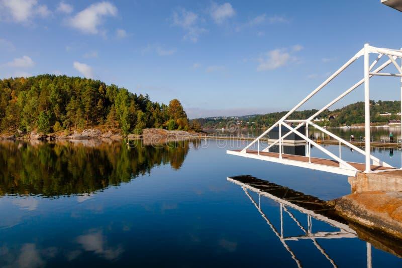 Dykningplattform i Olavsberget badningområde nära Porsgrunn Telem royaltyfria bilder