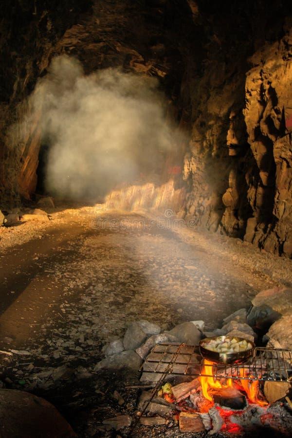 Dym od Kulinarnego ogienia wypełnia zaniechanego Taborowego tunel Ely ` s szczyt blisko Duluth, Minnestoa obraz stock