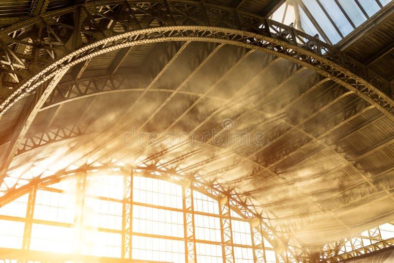 Dymi i parkuje w ranków promieniach metalu dachu retro łuk obraz stock