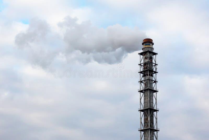 Dymi od kominu przemysłowy przedsięwzięcie w sk zdjęcia stock