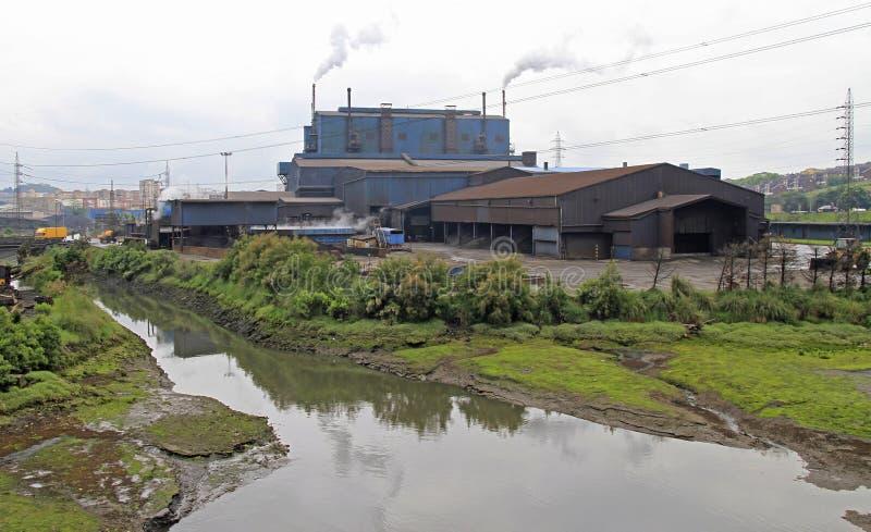 Dymienie fabryka w obrzeżu Santander miasto obrazy stock
