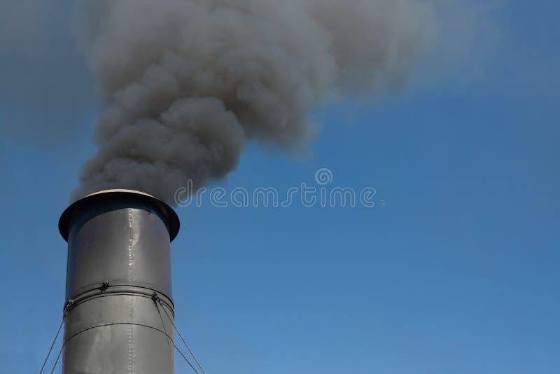 Download Dymienie komin zdjęcie stock. Obraz złożonej z zanieczyszcza - 28965768