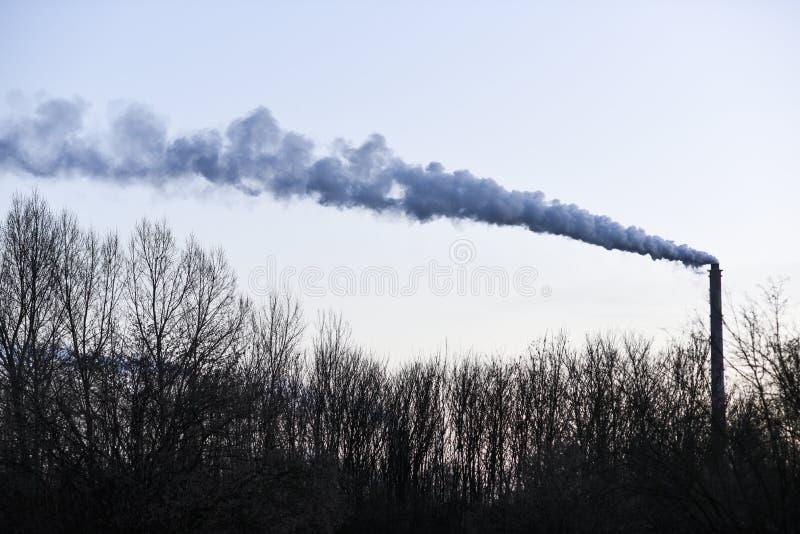 Dymienie komin od fabryki w Polska zdjęcie stock
