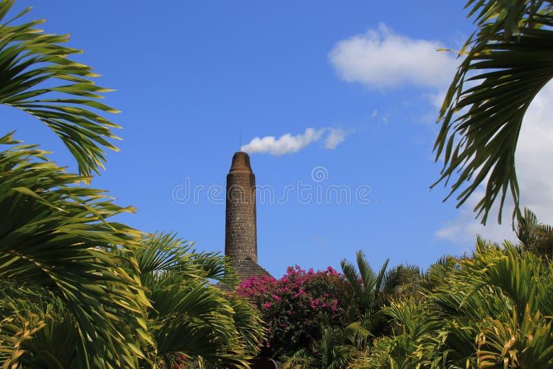 Dymienie komin przeciw niebieskiemu niebu z białymi chmurami obrazy stock