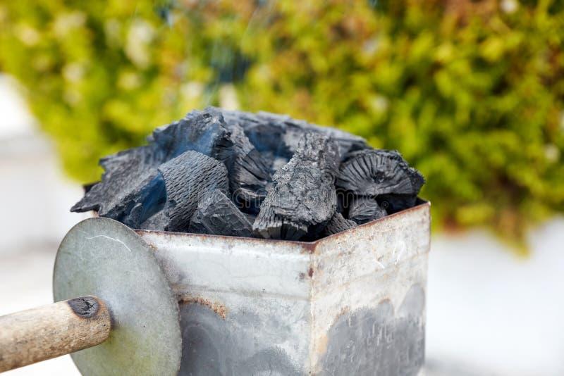 Dymienie węgla drzewnego starteru kominowy wiadro dla grilla obrazy stock