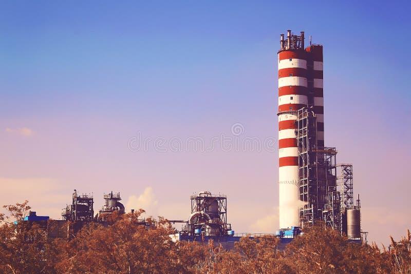 Dymny przemysłowy komin drymby zanieczyszczają atmosfery miasto środowisko, emisja zasób wodny obraz royalty free