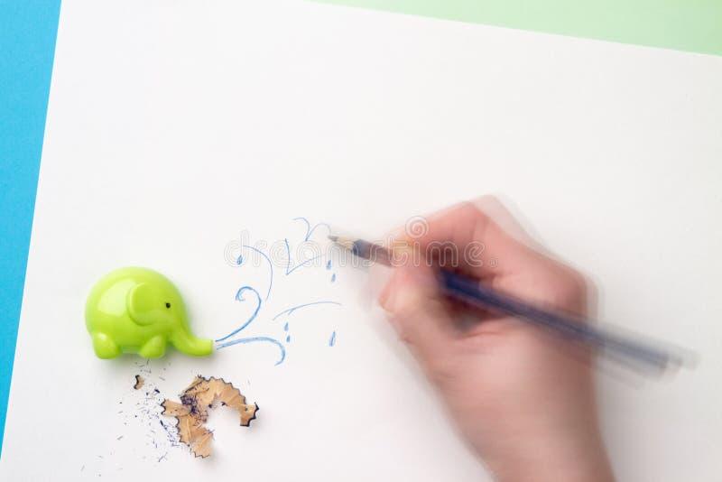 Dynamiczna ręka rysunku woda bryzga, ostrzarki i ołówka segregowania, fotografia stock