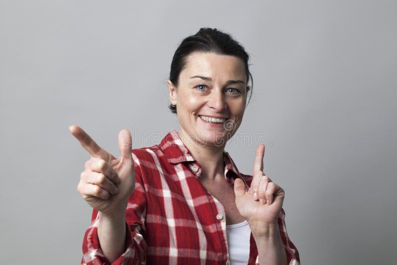 Dynamiczna w średnim wieku kobieta dla żeńskiej władzy i uwiedzenia pojęcia zdjęcia stock