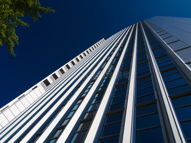 Dynamiczny biznesowy budynek w Frankfurt, Niemcy zdjęcia royalty free