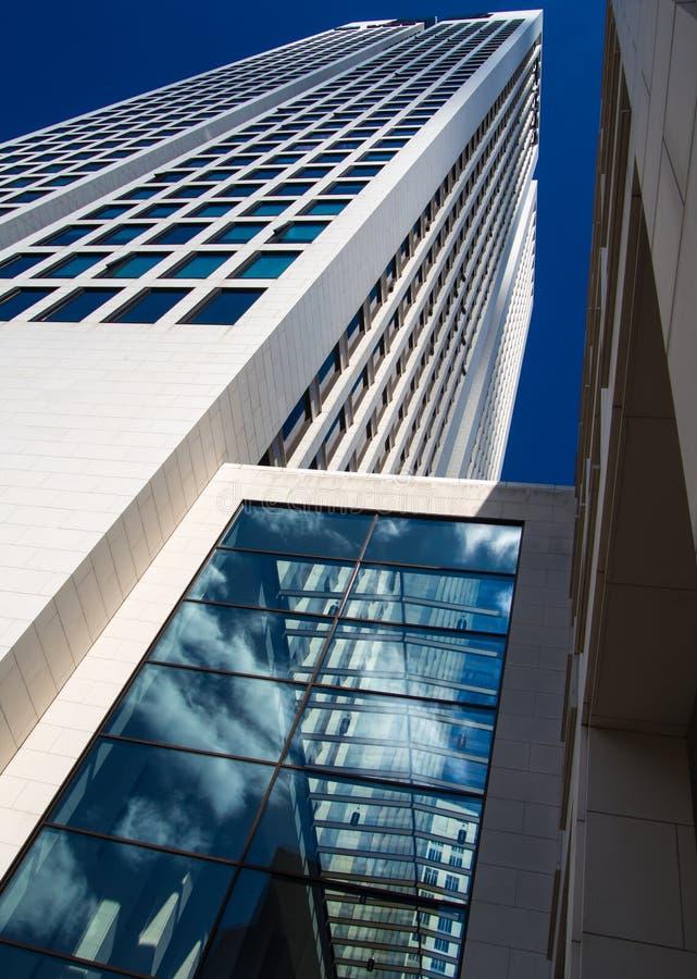 Dynamiczny biznesowy budynek w Frankfurt, Niemcy fotografia stock