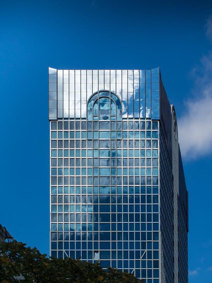 Dynamiczny biznesowy budynek w Frankfurt, Niemcy obraz stock