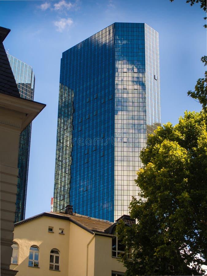 Dynamiczny biznesowy budynek w Frankfurt, Niemcy fotografia royalty free