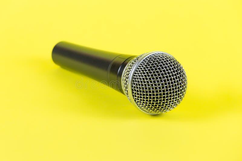 Dynamiczny mikrofon na żółtym tle łyszczyk zdjęcie royalty free