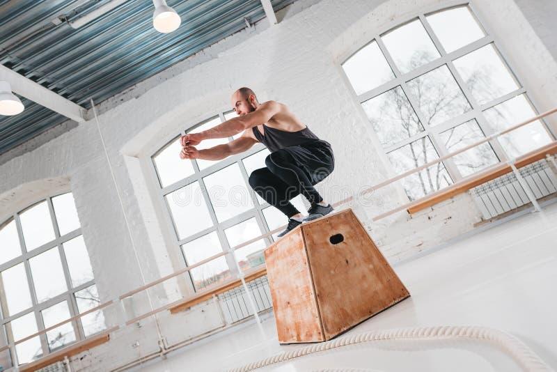 Dynamiczny strzał skacze nad krzyża pudełkiem w sprawność fizyczna klubie dysponowana atleta obrazy royalty free