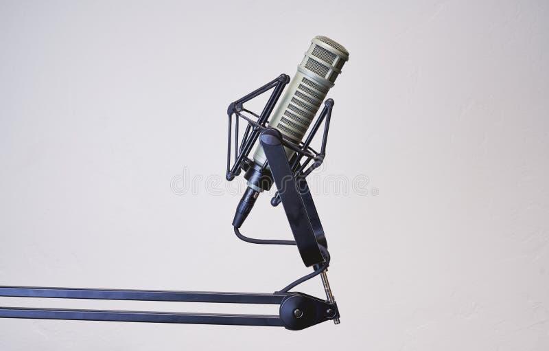 Dynamische die podcastmicrofoon met een witte achtergrond wordt geïsoleerd stock foto's