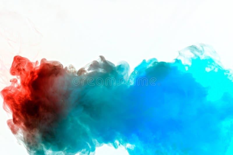 Dynamische rookwolken van blauwe grijze en oranje kleuren op een witte stroom die als achtergrond regelmatig golven kleuren die e stock afbeeldingen