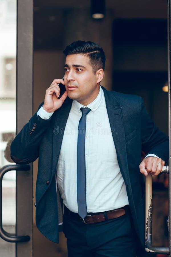 Dynamische succesvolle zakenman in haast stock fotografie