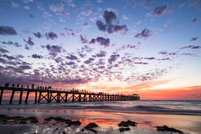 Dynamisches Anlegestellenschattenbild während des Sonnenuntergangs auf Gutshof-Strand, Süd-Australien lizenzfreies stockbild