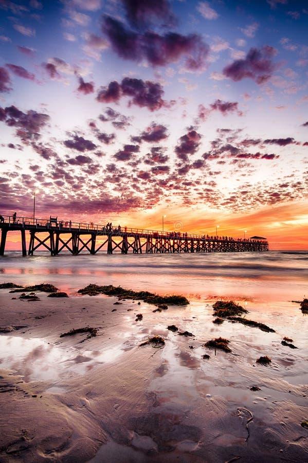 Dynamisches Anlegestellenschattenbild w?hrend des Sonnenuntergangs auf Gutshof-Strand, S?d-Australien stockfoto