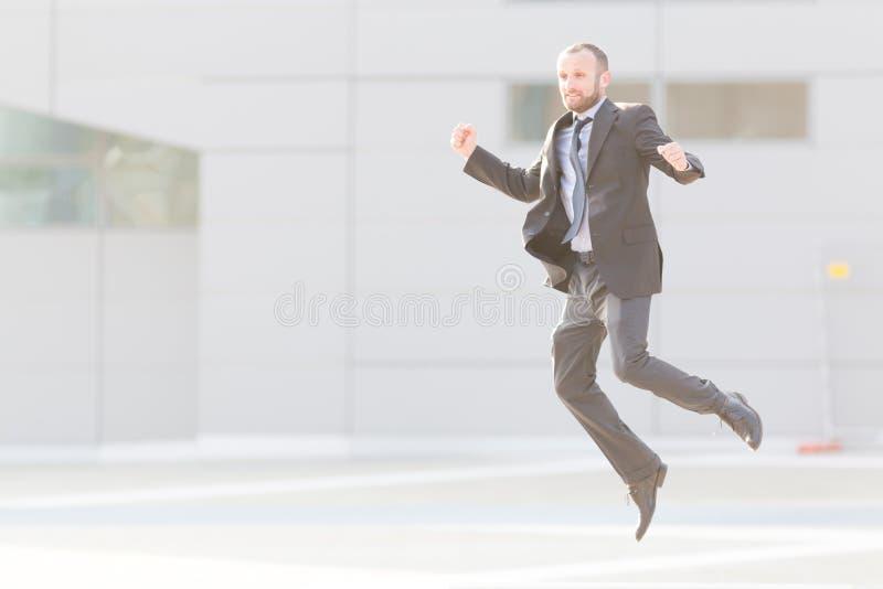 Dynamisches Geschäftsmannspringen im Freien lizenzfreie stockfotografie